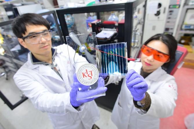 KIST 광전하이브리드연구센터 손해정 박사팀이 고분자 신소재를 광활성층으로 사용한 유기태양전지를 테스트하고 있다. - KIST 제공